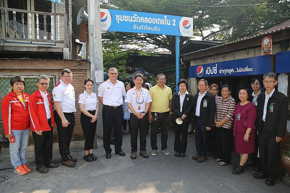 Officials from the Department of Energy Business also visited the nearby Wat Klong Toey Nai community