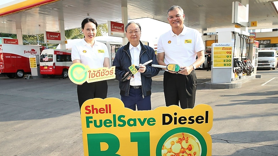 Ms. Ornuthai Na Chiangmai, Executive Director Retail Business of The Shell Company of Thailand Limited, Mr. Sontirat Sontijirawong, Minister of Energy and Mr. Panun Prachuabmoh, Country Chairman of The Shell Company of Thailand Limited, at the launch of the new Shell FuelSave Diesel B10