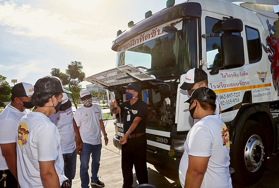 The participating truck drivers receive safe-driving courses for haulage driving – for both practice and theory.