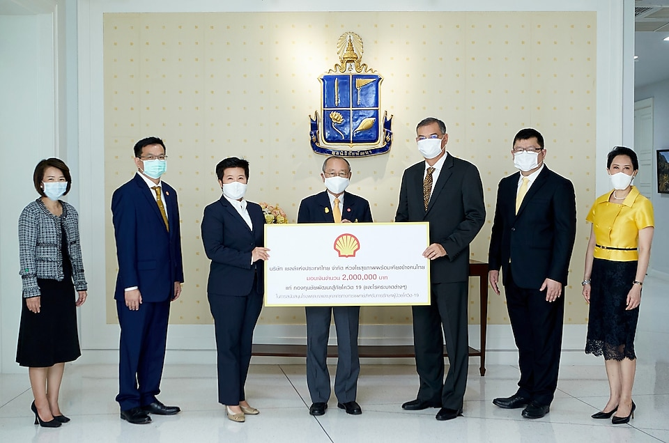 The Shell Company of Thailand Ltd., led by Mr. Panun Prachuabmoh, Country Chairman, presents the check donation to the Chaipattana Foundation, received by Dr. Sumet Tantivejkul, Secretary-General of The Chaipattana Foundation.