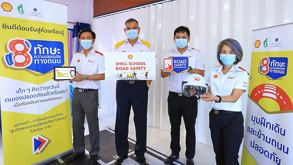 Mr. Panun Prachuabmoh (second from the left), Country Chairman of the Shell Company of Thailand Limited, together with Mr. Ong-Artpan Posri (second from the right), Executive Director - Facility Management, led their staff in participating in the 'Shell School Road Safety' programme.