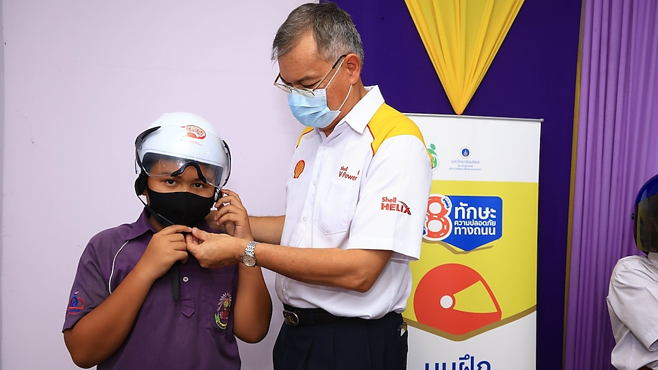The Shell Company of Thailand Limited, led by Mr. Panun Prachuabmoh - Country Chairman, delivered the lessons under the 'Shell School Road Safety' programme.